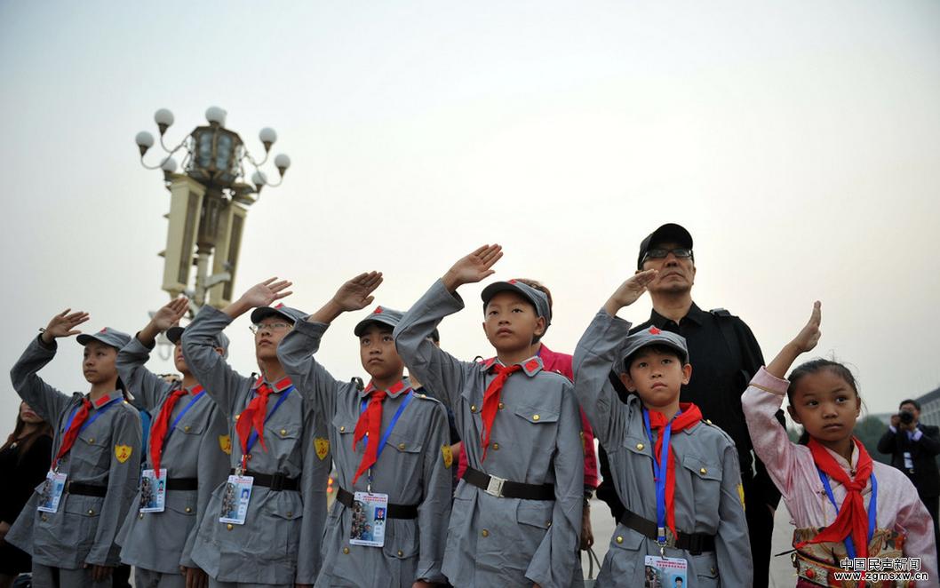 """革命老区小学学生敬礼国旗卫士 手拉手迎长征胜利80周年  2016年9月22日,伴随着庄严的中华人民共和国国歌声,7名身着红军军装,来自革命老区的""""小红军"""",在全国红军小学建设工程理事会组织下,第一次在北京天安门广场观看了升旗仪式。他们代表全国230所红军小学的师生,在纪念红军长征胜利80周年到来之际,接受了一次神圣的爱国主义教育和洗礼。这7名小学生也是电影《红军小学》的主要演员,分别来自四川、重庆、新疆等地。  升旗仪式结束后,7名小学生来到了天安门国旗护卫队,参观了护卫队营区"""